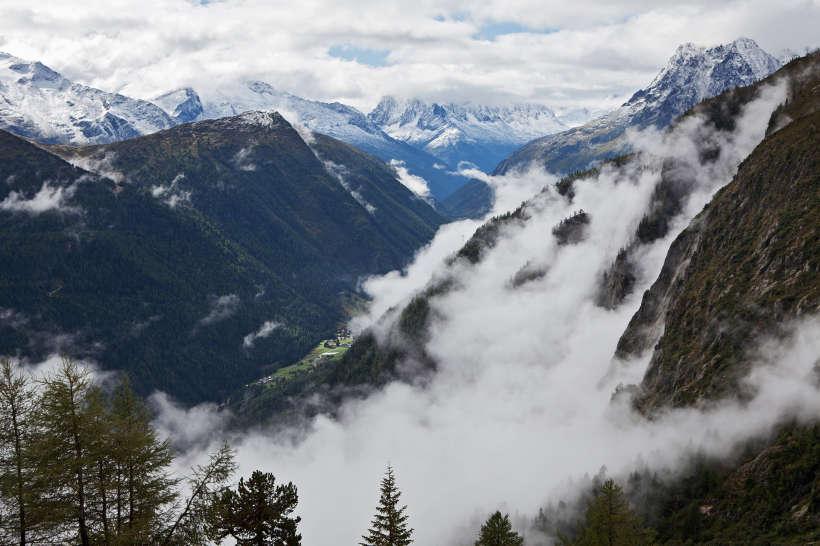 Blick auf Mont-Blanc-Massiv, rechts im Bild Aig. de Loriaz. Herbstliche Wanderung vom Lac du Emosson über Gorge de la Veudale zu den Traces de Dinosaures (Saurierspuren).
