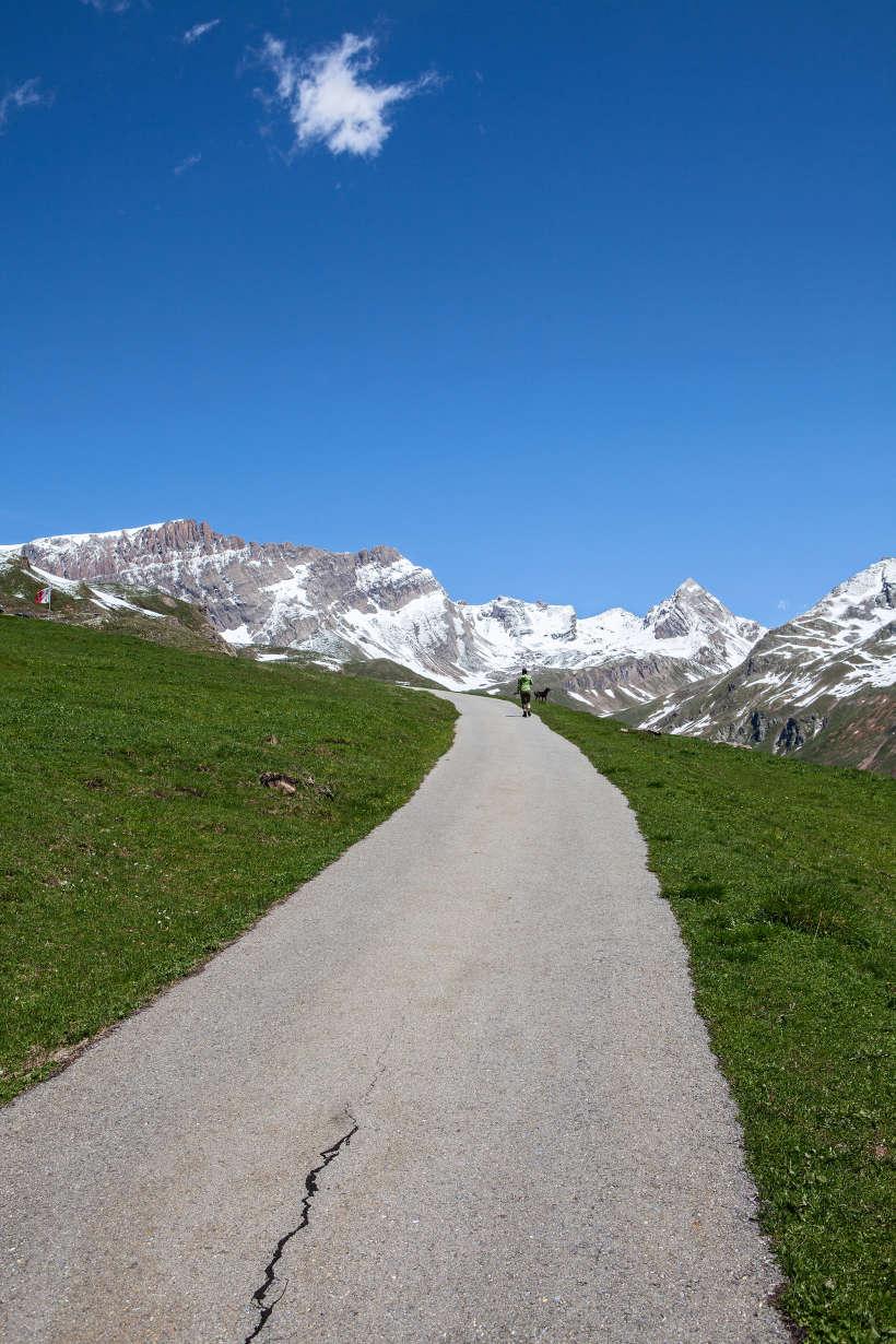 Weg in Richtung Galm mit Torrenthorn (2998 m), Mauerhorn (2944 m) und Restirothorn (2969 m)