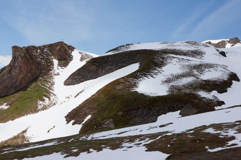 Namenloser Berg mit Gipfelkreuz oberhalb von Galm. Rechts im Bild Horlini (2452 m)