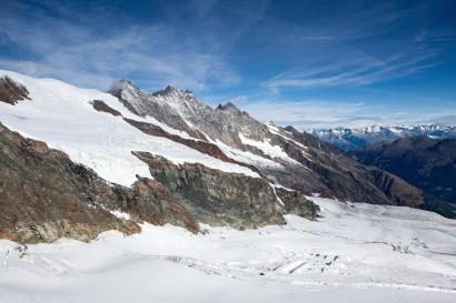 Alphubel, Mischabel (Täschhorn, Dom, Nadelhorn, Lenzspitze, Ulrichshorn) und die Berge des Berner Oberlandes: Jungfrau, Aletschhorn, Schreckhorn, Lauteraarhorn, Aletschgletscher, Finsteraarhorn.