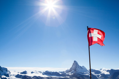 Matterhorn mit Schweizer Flagge vom Unterrothorn