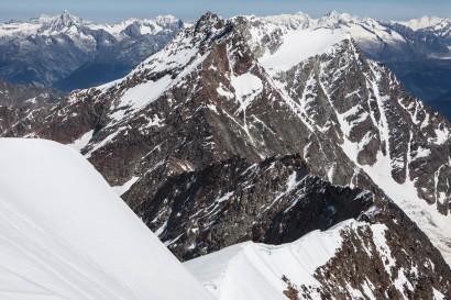 Weissmies Gipfel (4017 m): Panorama nach Norden: Blümlisalphorn, Bietschhorn, Gspaltenhorn, Breithorn, Nesthorn, Lagginhorn, Fletschhorn, Jungfrau, Aletschhorn, Eiger, Trugberg, Grosses Fiescherhorn, Gross Grünhorn, Weissmies-Nordgrat