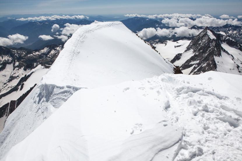 Weissmies Gipfelgrat: Panorama nach Süden. Triftgletscher, Tällihorn, Lago di Maggiore, Portjengrat / Pizzo d'Andolla (3654m)