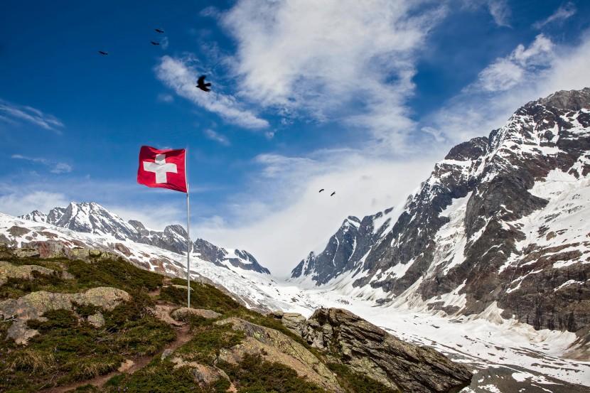 Schweizer Flagge vor Lötschenlücke, Langgletscher, Anungrat, Anuchnubel, Sattelhorn, Schinhorn, Lötschental