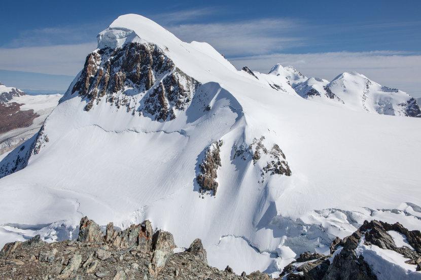 Breithorn (4164 m) Haupt- und Mittelgipfel mit Breithornplateau vom Klein Matterhorn. Im Hintergrund links Strahlhorn, rechts Liskamm West- und Ostgipfel, Pollux und Castor