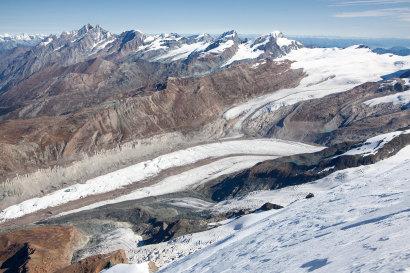 Panorama vom Breithorn Nord-Ost: Dom (4545m), Täschhorn (4490m), Alphubel (4206m), Lagginhorn (4010m), Allalinhorn (4027m), Rimpfischhorn (4198m), Strahlhorn (4190m), Findelgletscher, Cima di Jazzi (3803m) und Grenzgletscher