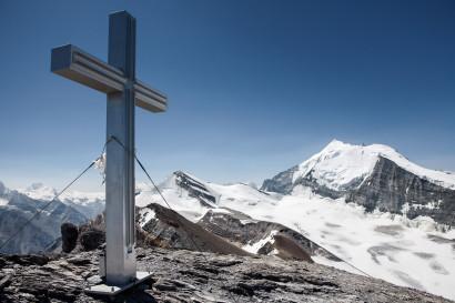 Äusseres Barrhorn - Gipfelkreuz mit Inners Barrhorn, Brunegghorn, Weisshorn, Bishorn und Brunegggletscher