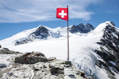 Schweizer Flagge mit Bishorn, Grand Gendarme, Weisshorn und Tete de Milon von der Cabane de Tracuit