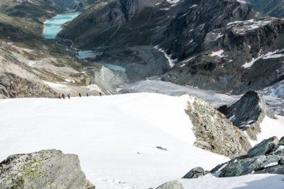 33-Bergsteiger-auf-dem-Firnfeld-unterhalb-des-Gipfels.jpg